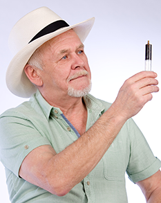 Rick Simpson tient de l'huile de cannabis biologique à la main